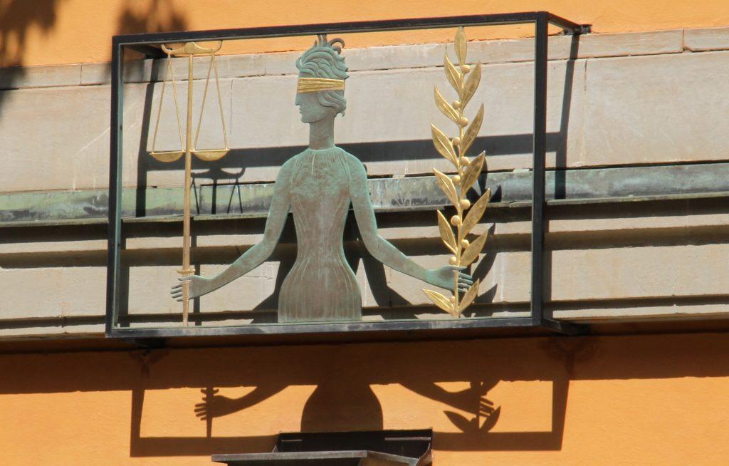 Detaljbild, skulptur moder justitia